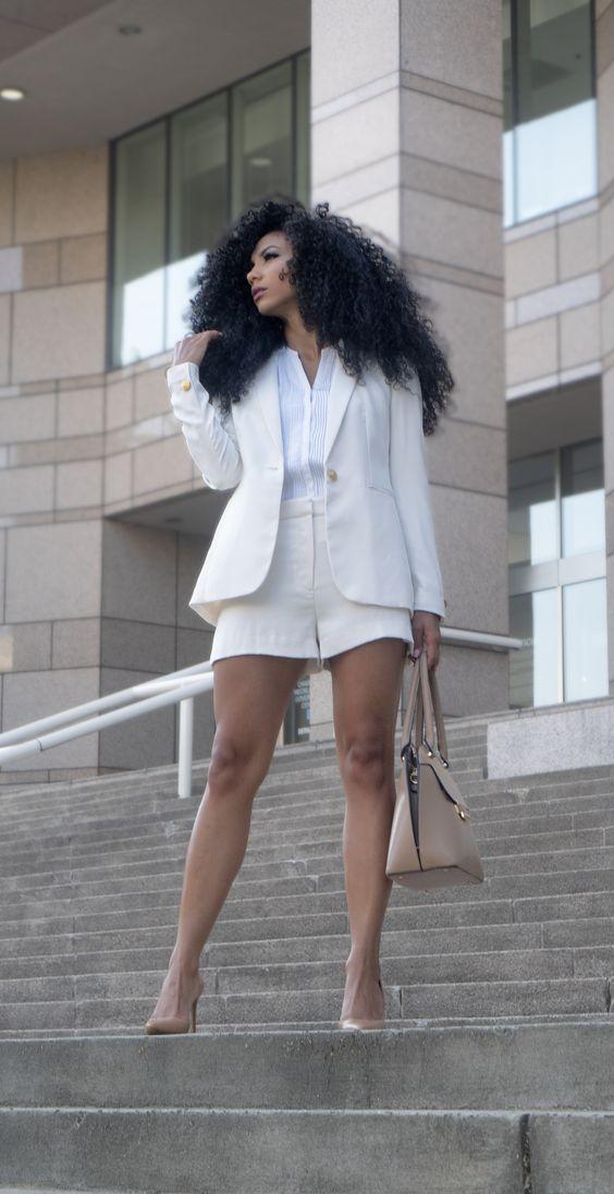 кремовый костюм с шортами, белая пуговица, обнаженные каблуки и подходящая сумка для работы летом