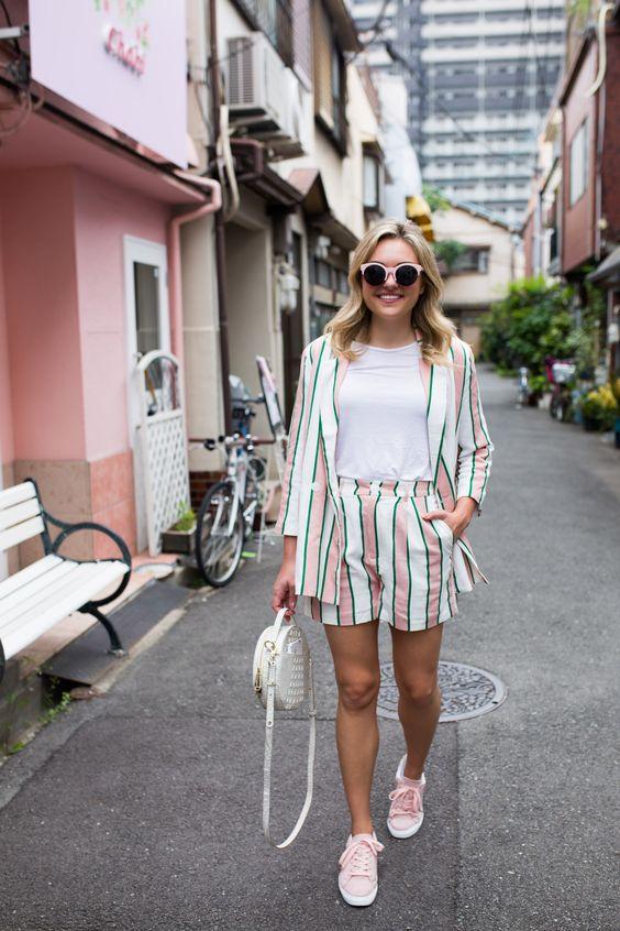 забавный и красочный короткий полосатый костюм, белая футболка, розовые кроссовки и белая круглая сумка для лета