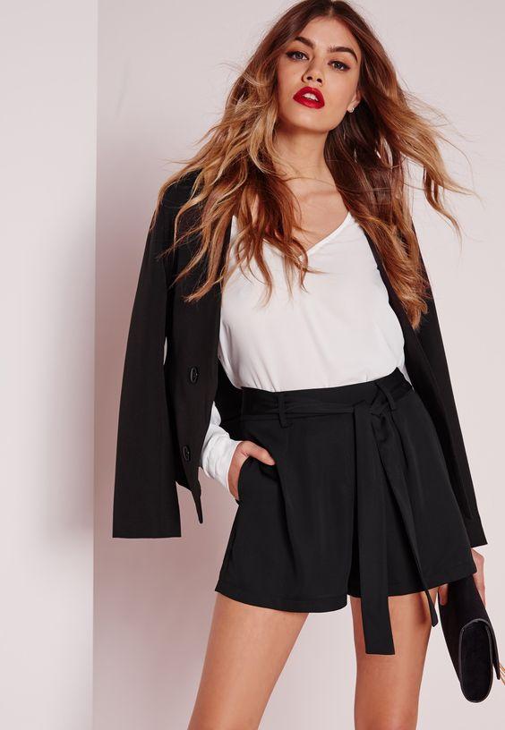 с белой блузкой с V-образным вырезом сверху и черный клатч