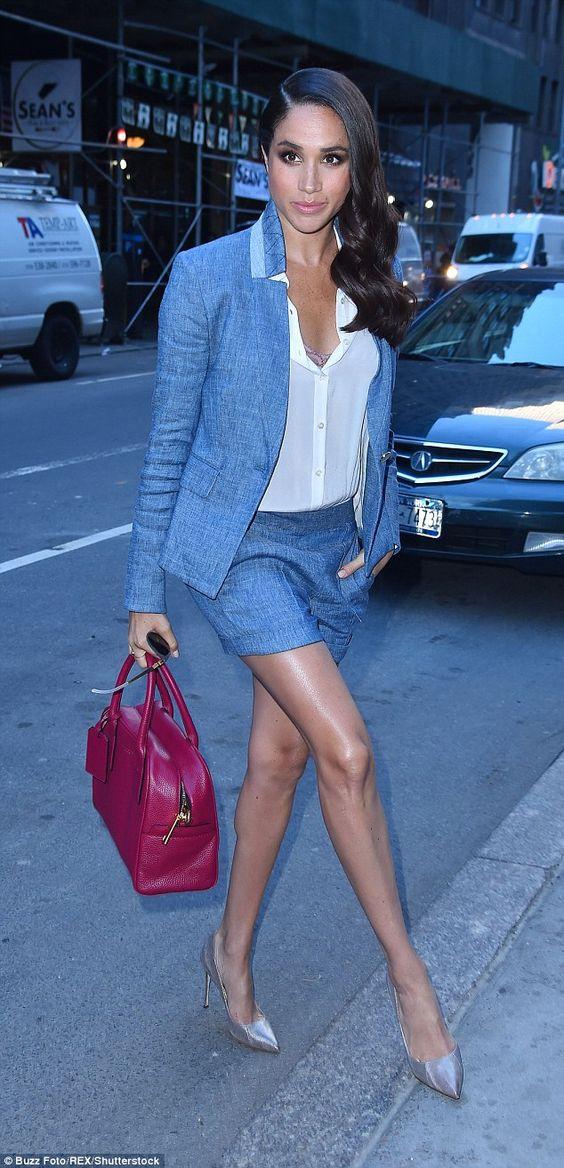 с белой рубашкой, туфлями и бордовой сумкой
