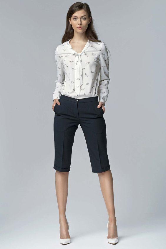 черные шорты-бермуды, блузка с принтом и белые туфли