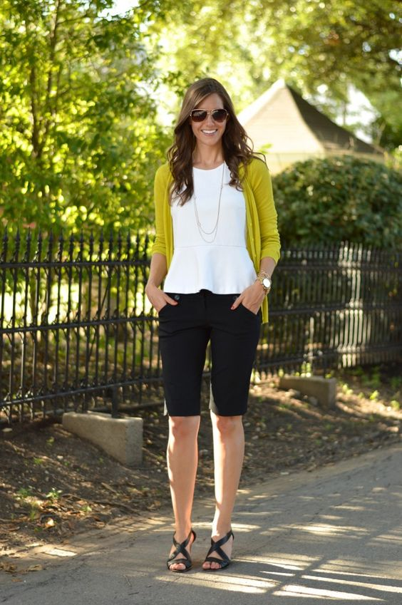 черные шорты до колена, белая рубашка, черные туфли на лодыжке и эффектное колье