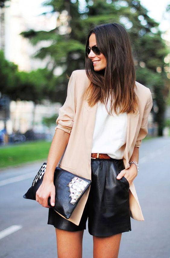 черные кожаные шорты, белый топ, бежевый пиджак и шипованный клатч
