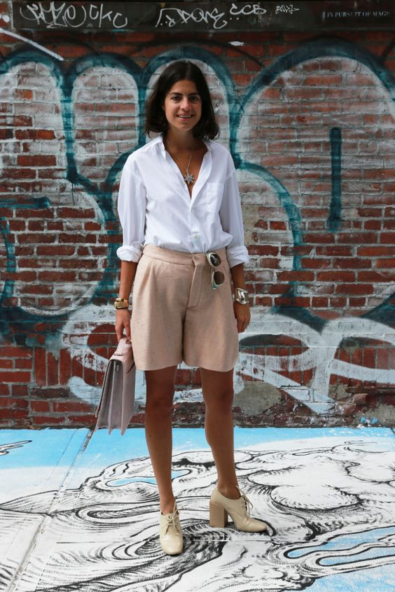 бежевые шорты, белая рубашка, нейтральные туфли в стиле ретро