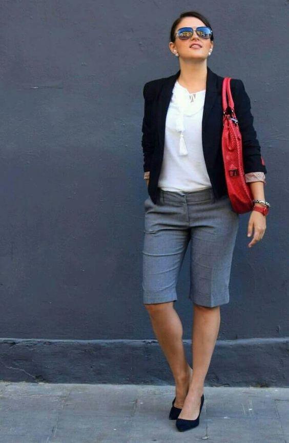 серые бермуды, белый топ с кисточками, черный пиджак и замшевые туфли