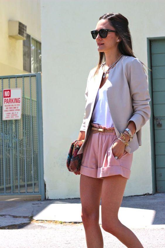 розовые шорты с отворотами, белая рубашка, серый пиджак