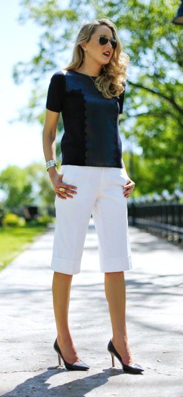 белые брюки гаучо с отворотами, темно-синяя футболка из кожи морского гребешка, классические туфли и серебряные украшения