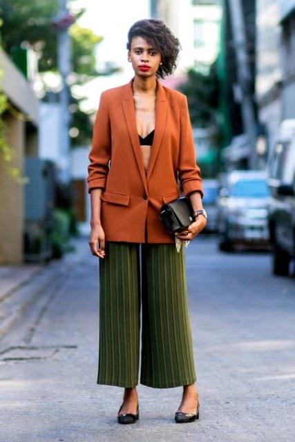 С черным топом, коричневым длинным пиджаком, черными туфлями и маленькой сумкой