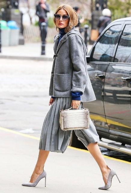 С серой курткой, серыми каблуками и сумкой