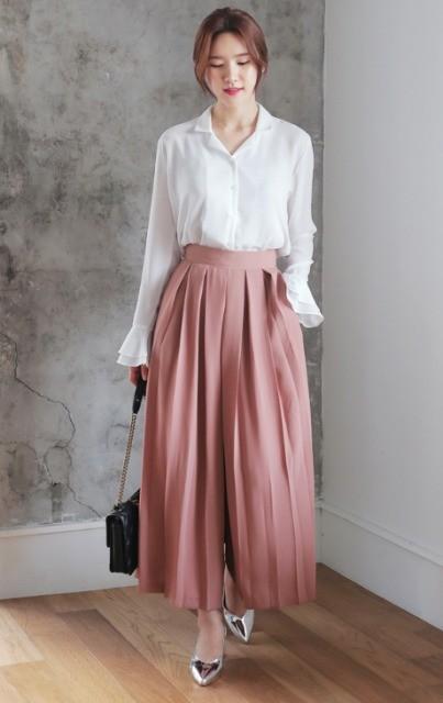 С белой рубашкой на пуговицах, серебряными туфлями и цепным ремешком