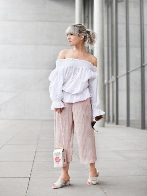 С белой рубашкой на плече, белыми мюли и уникальной сумкой