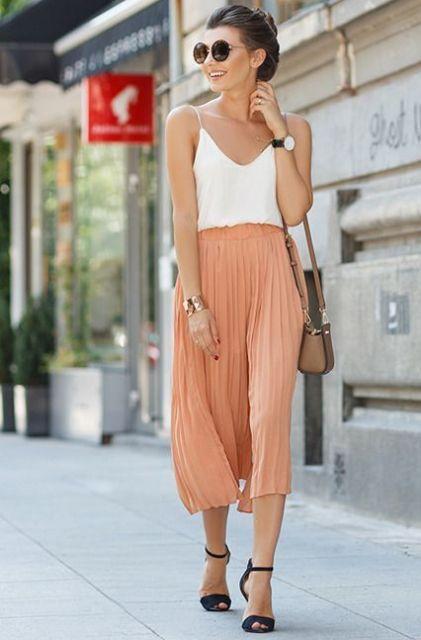 Персиковые кюлоты с белым верхом, коричневой мини-сумкой и черными сандалиями
