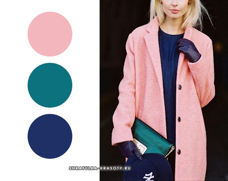 аутфит для осени со светло-розовым, темно-синим и изумрудным