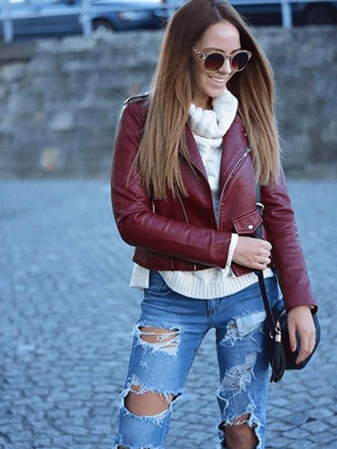 бордовая куртка с голубыми джинсами
