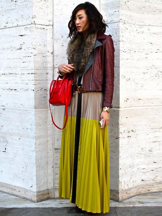 бордовая куртка из кожи в осеннем образе с юбкой плиссе