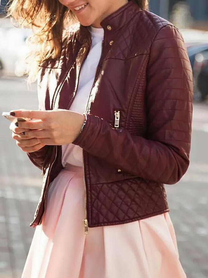 бордовая кожаная куртка с бежевой юбкой