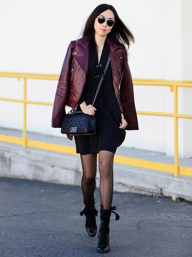 бордовая куртка из кожи и черное платье с ботильонами