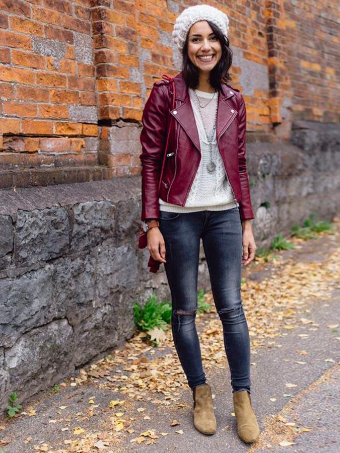 бордовая кожаная куртка со свитером, джинсами, ботильонами