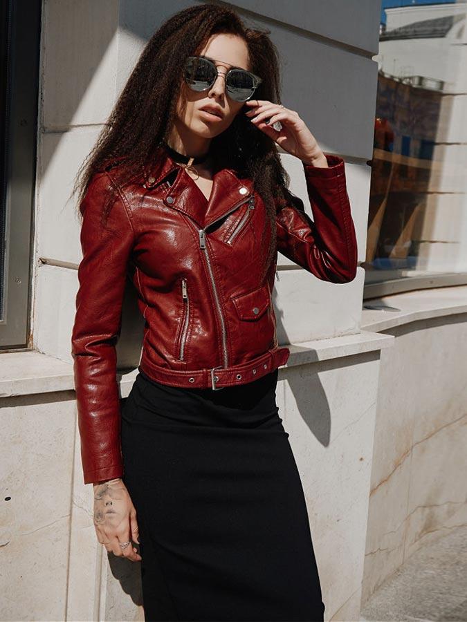 Бордовая кожаная куртка с черной юбкой карандаш