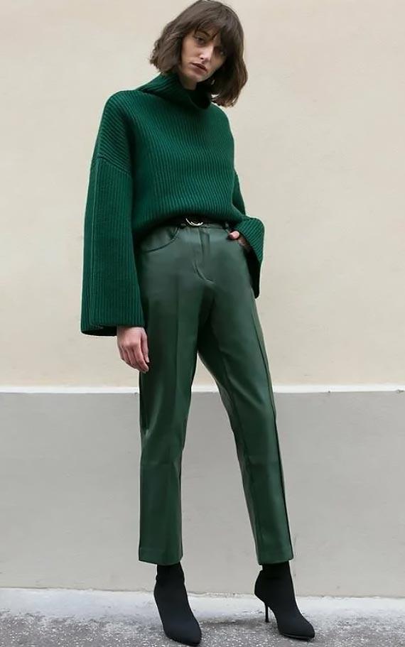 тотал лук с кожаными изумрудными брюками и свитером