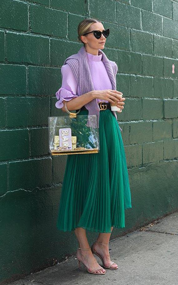 лук с изумрудной юбкой плиссе и сиреневым свитером