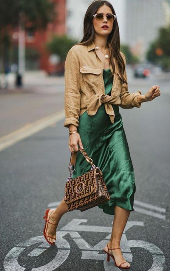 изумрудное платье с коричневой рубашкой, туфлями и сумкой