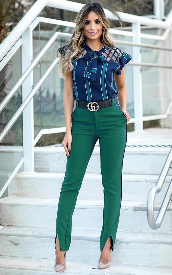 изумрудные брюки с синей блузой без рукавов