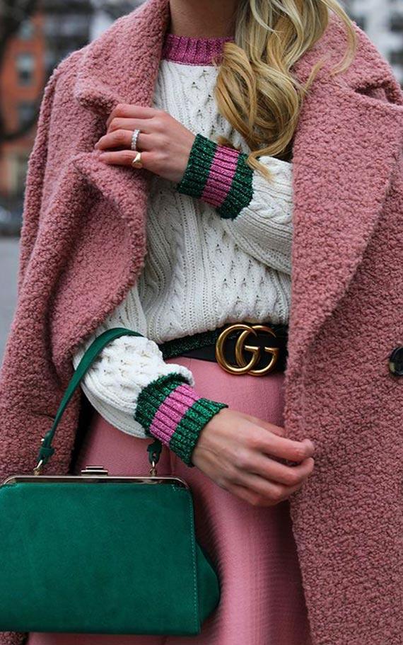 изумрудная сумка с розовым пальто