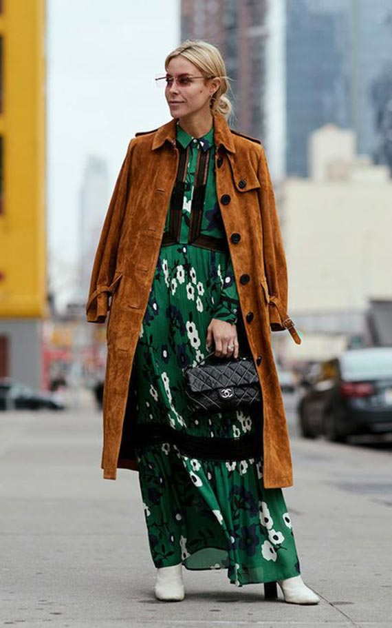темно-зеленое платье с коричневым пальто
