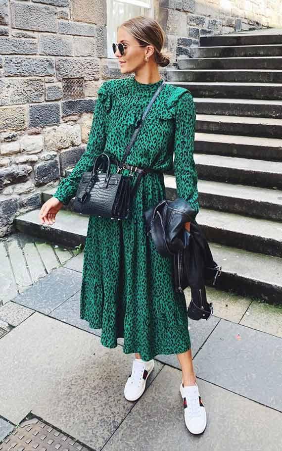 платье изумрудного оттенка с черной сумкой и белыми кедами