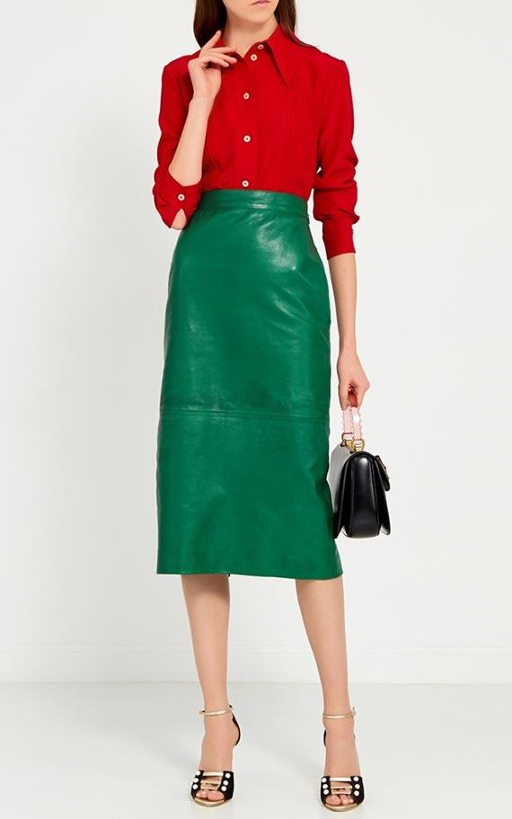 наряд с красной блузкой и изумрудной юбкой из кожи