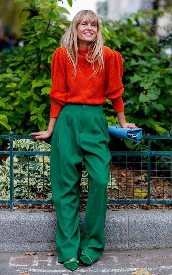 образ с изумрудными брюками и оранжевым свитером
