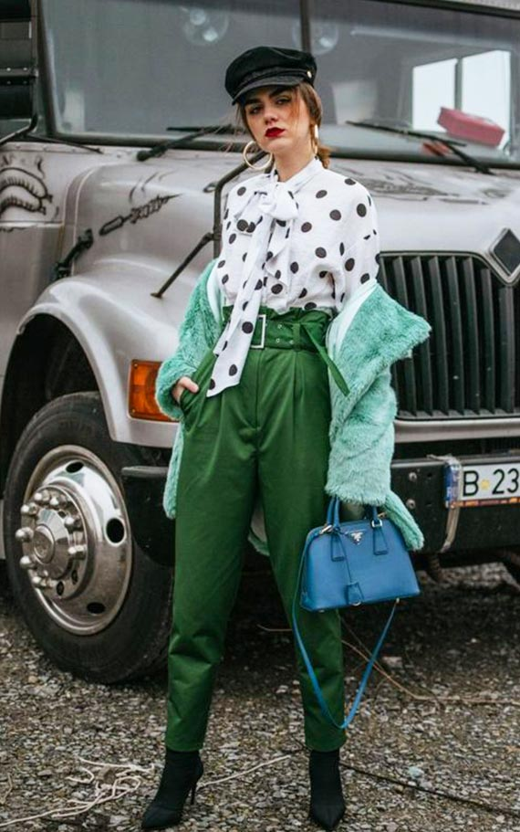 лук с изумрудными брюками, блузкой в горох и мятной шубкой
