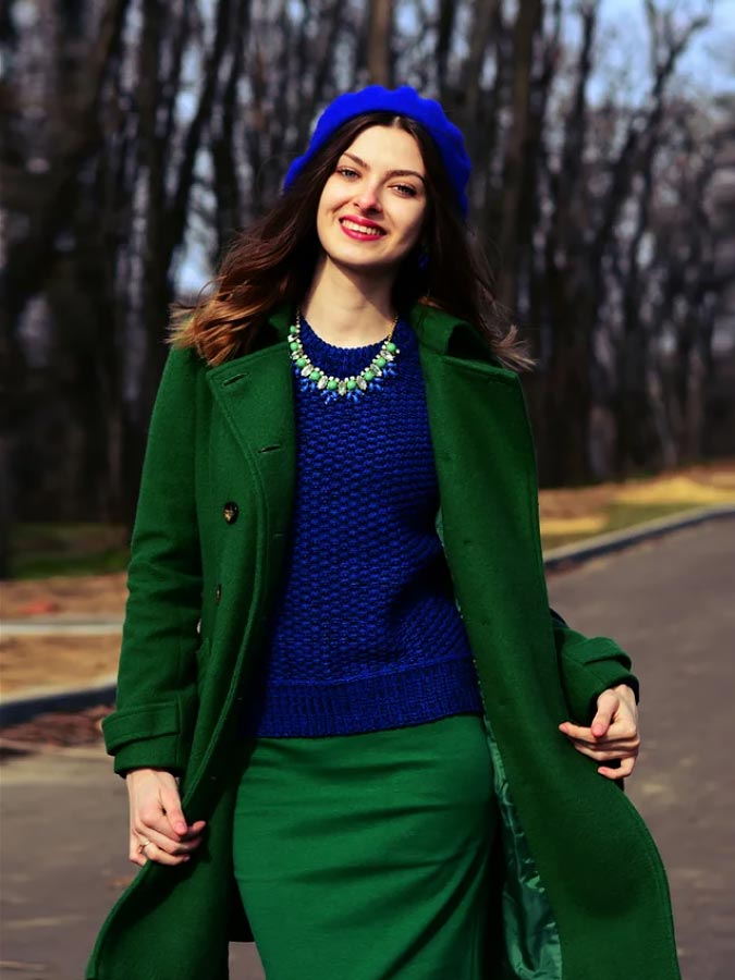 сочетание зеленого пальто с синим цветом