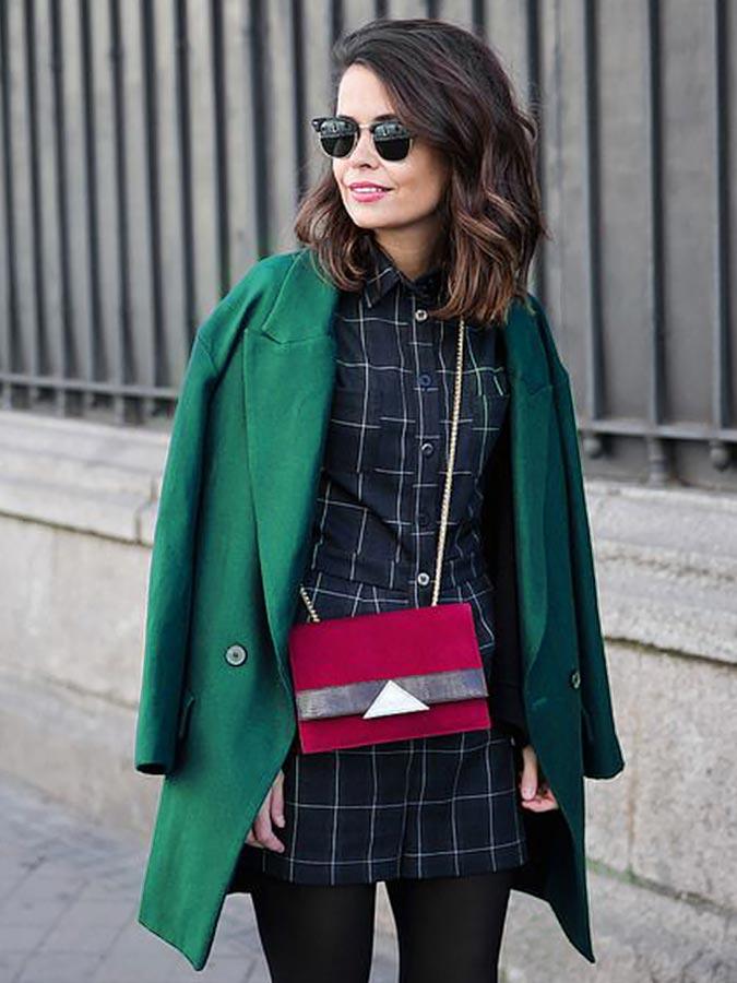 пальто цвета изумруд с бордовой сумкой