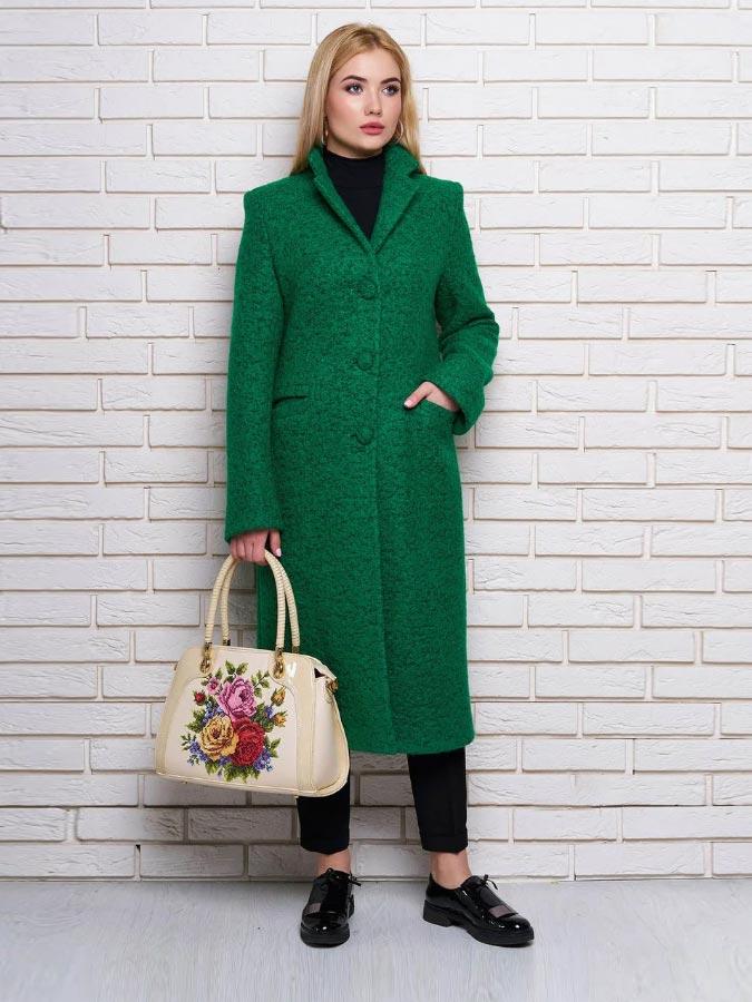 изумрудное пальто с бежевой сумкой с вышивкой