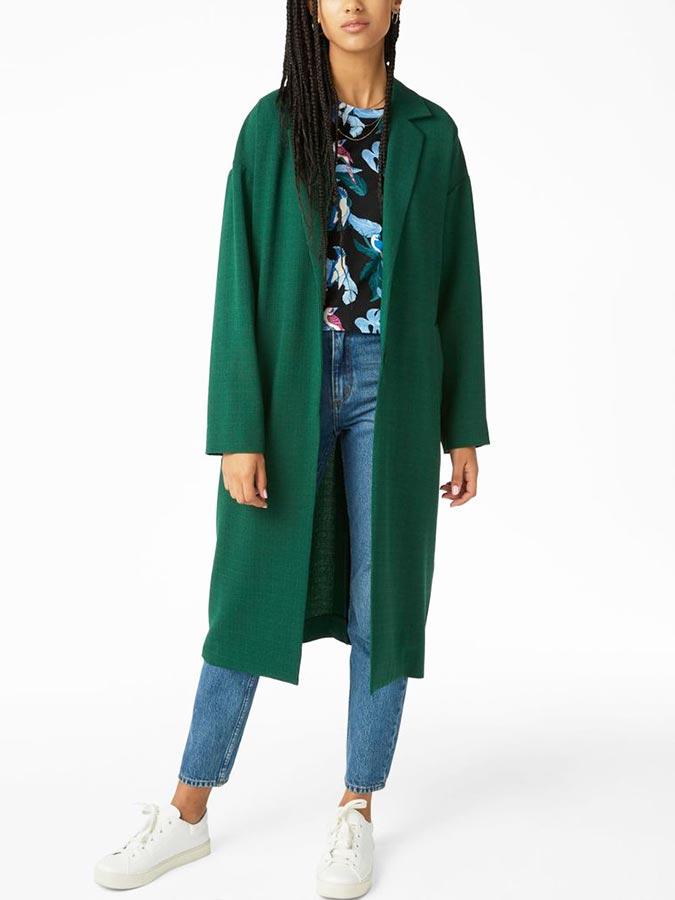 изумрудное пальто с кедами