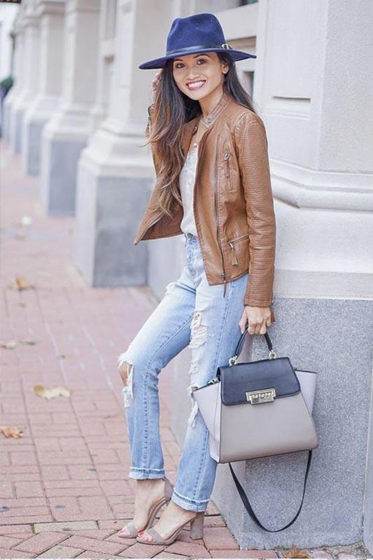 образ с коричневой курткой, голубыми рваными джинсами, босоножками, шляпой