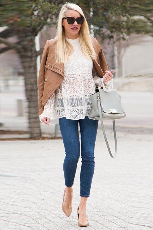 лук с белой кружевной блузкой, джинсами скинни, бежевыми туфлями