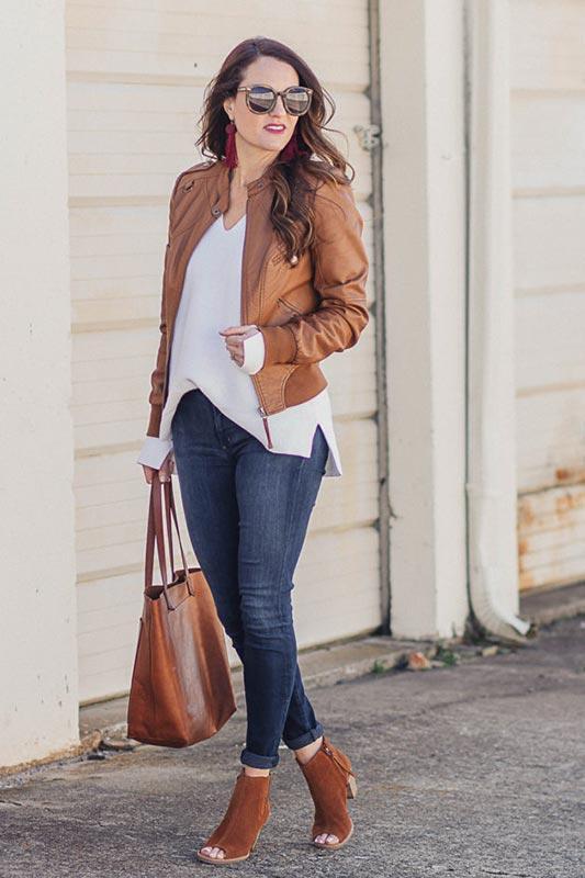 куртка из кожи с коричневыми ботильонами
