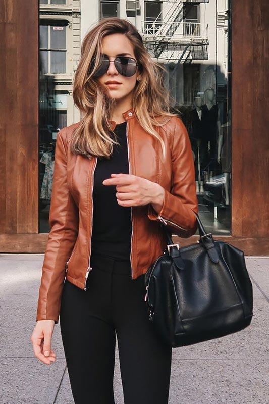 Терракотовая кожаная куртка с угольными брюками, водолазкой, сумкой