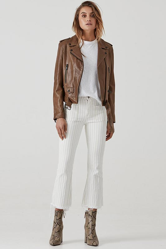 облик с белыми укороченными брюками