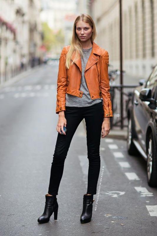 рыжая куртка из кожи с брюками, ботильонами