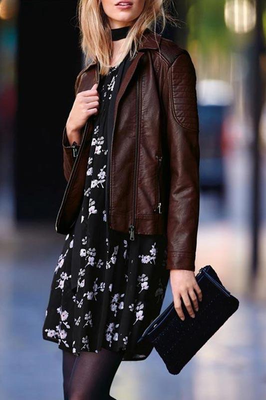 шоколадная куртка из кожи с платьем