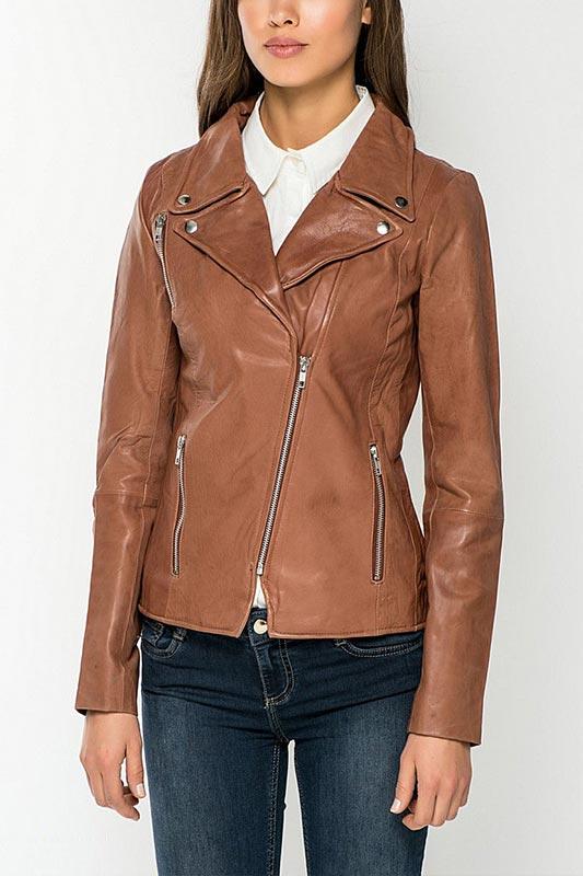 коричневая кожаная куртка косуха