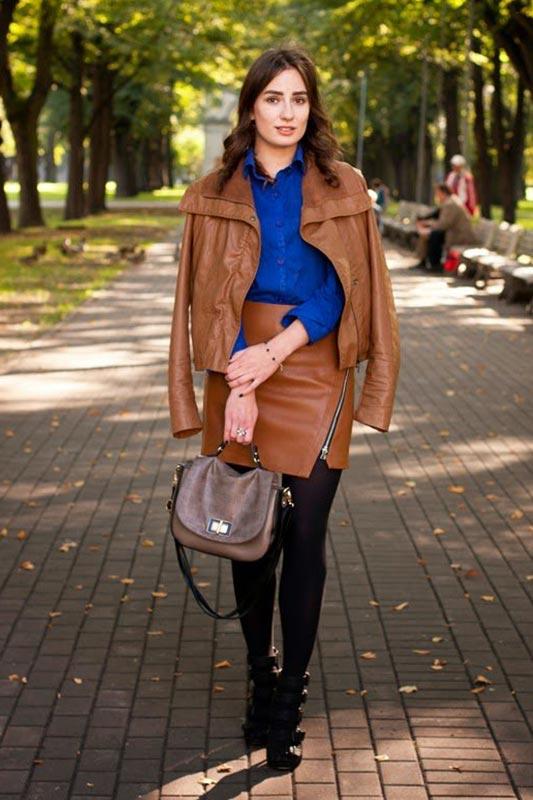 коричневый жакет из кожи с синей блузкой