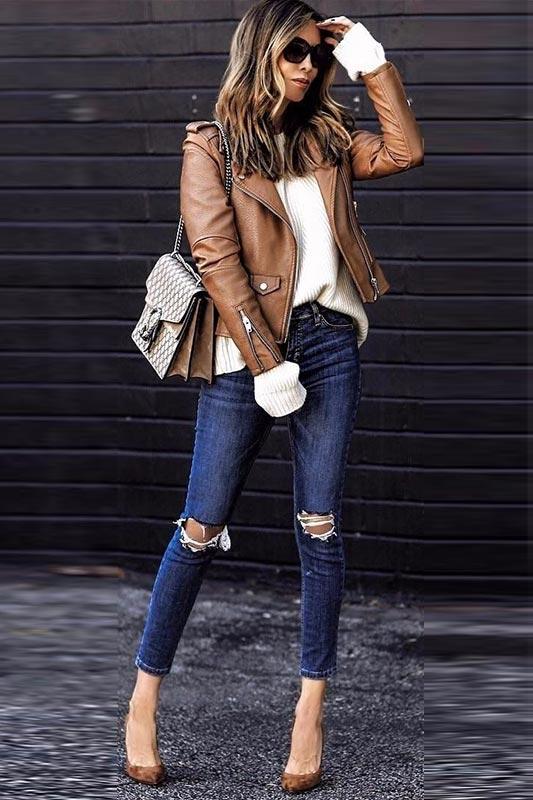 куртка из кожи с синими джинсами, молочным джемпером, коричневыми туфлями из замши