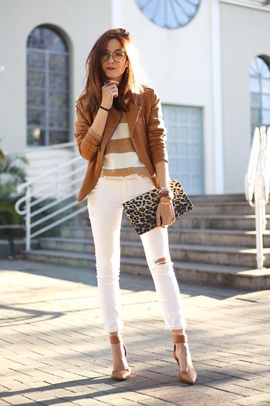 с белыми джинсами, джемпером в широкую полоску, бежевыми ботинками, леопардовым клатчем