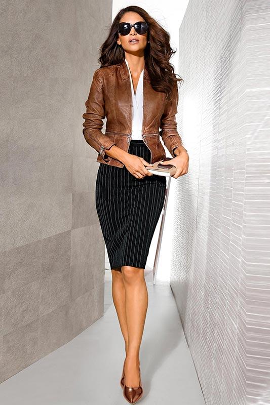 укороченная коричневая кожаная куртка с юбкой-карандаш
