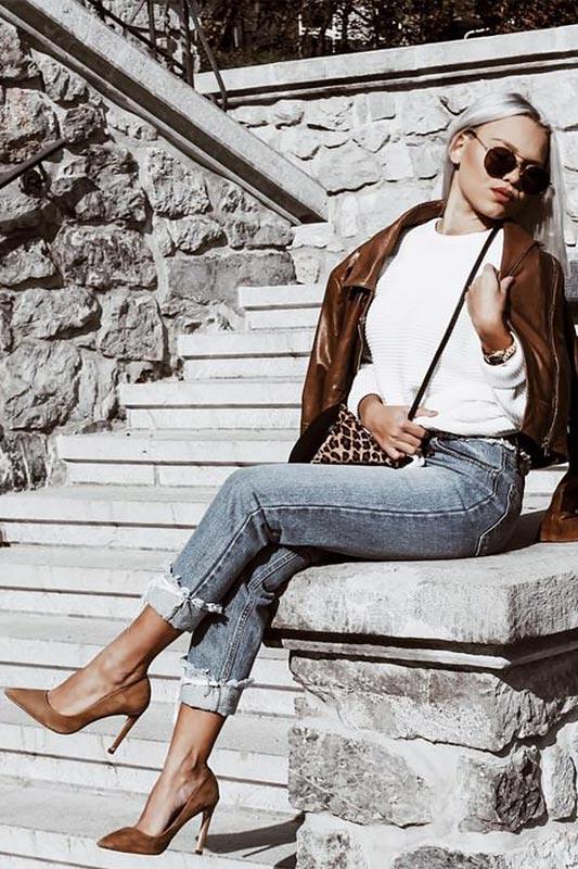 образ с белым свитером, коричневой косухой и замшевыми туфлями